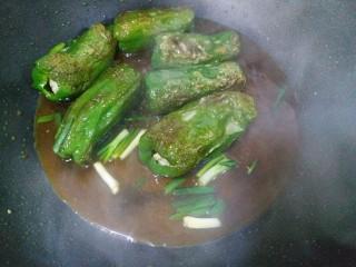 虎皮青椒酿肉,看青椒几面都煎出虎皮后,就把调好的酱汁倒入锅内,转中火烧两分钟,加入葱段,出锅喽!