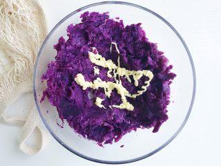 紫薯芝士风味球,用勺子将紫薯碾压成泥 可以挤入适量的色拉酱搅拌均匀 这样的话紫薯泥会更加顺滑