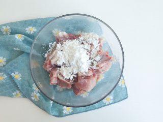 茶食之豆豉蒸排骨,泡好的排骨倒入适量淀粉 白砂糖 食盐和料酒
