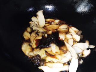 快手家常之蚝油杏鲍菇,加入蚝油 食盐