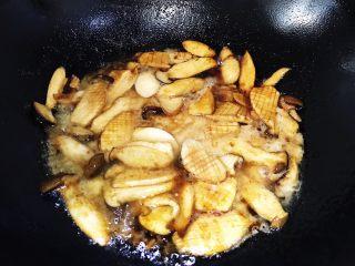 快手家常之蚝油杏鲍菇,最后水淀粉勾芡大火收汁即可