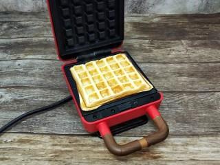 华夫饼,盖上盖子五六分钟看个人的机器调整可以开盖观察它的状况,呈两面金黄就好