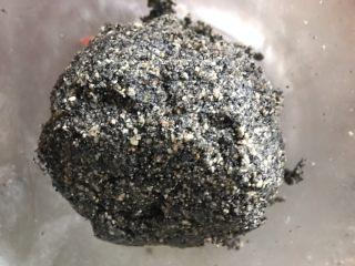 黑芝麻花生馅彩色汤圆,成团即可