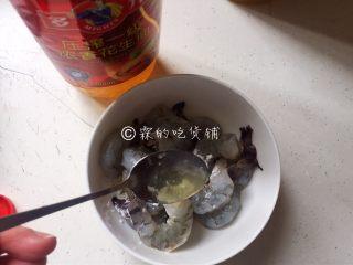 虾仁炒面筋,再加一勺花生油,抓匀,备用。