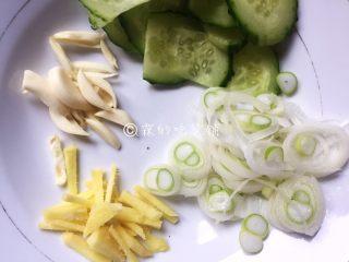 虾仁炒面筋,黄瓜和大葱切片,姜蒜切丝。