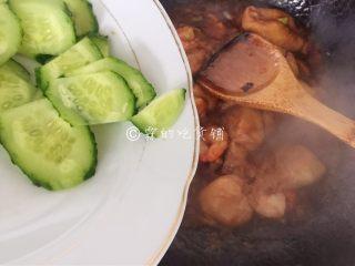 虾仁炒面筋,随后加入黄瓜,快速的翻炒均匀
