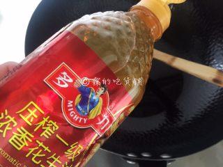 虾仁炒面筋,锅里倒入适量花生油。