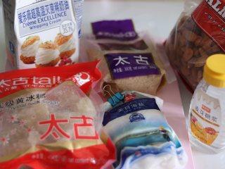 杏仁太妃糖(冰糖版),准备食材,用到了大块的黄冰糖,需要处理成小块或者粉状。
