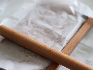杏仁太妃糖(冰糖版),借助擀面杖,油纸,快速的擀平,整形好。