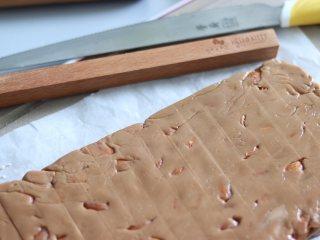 杏仁太妃糖(冰糖版),需要在变硬前,来切糖。用木尺等分成长条。