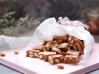 杏仁太妃糖(冰糖版),冰糖做的相对健康些,来试试吧。