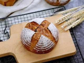 芝士培根软欧面包,成品2,相同的配方,只是加了配料:蔓越莓、核桃,整形成圆形。