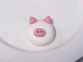 元宵节~萌萌哒卡通【小猪汤圆】 ,分出来 1g或者更少,揉成椭圆形,稍微按扁一些,放在大面团中间靠下的位置,再用牙签扎两个小孔,小猪的鼻子就做好了。最后是耳朵,0.5g一个,捏成三角形,如图,放在头部耳朵的部位。糯米团很黏,不刷水也可以粘住的