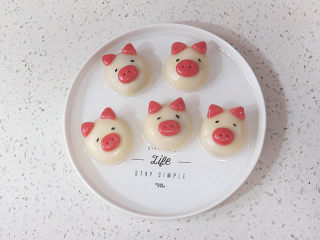 元宵节~萌萌哒卡通【小猪汤圆】 ,捞出来之后,用小镊子夹着黑芝麻摆出小猪的眼睛