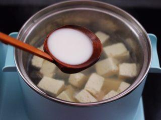 海蛎子豆腐汤,这个时候加入提前用水化开的水淀粉勾芡。