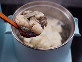 海蛎子豆腐汤,这个时候打开锅盖加入提前洗净的海蛎子。