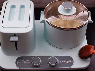 海蛎子豆腐汤,盖上锅盖大火煮开后,小火继续炖煮5分钟左右。