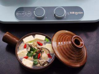 海蛎子豆腐汤,把做好的海蛎子豆腐汤盛出后,撒上枸杞即可食用咯。
