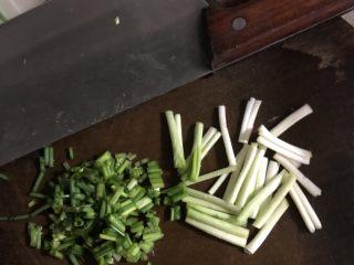 可乐鸡翅,小葱头切段,葱叶切细一点儿