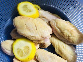 可乐鸡翅,直蹦主题吧,用柠檬汁(没有也可以,主要是拍照好看,同时也祛味儿,😄),料酒,腌制切开口的鸡翅10分钟后沥干(一定要沥干,不然待会儿煎油很容易烫伤)