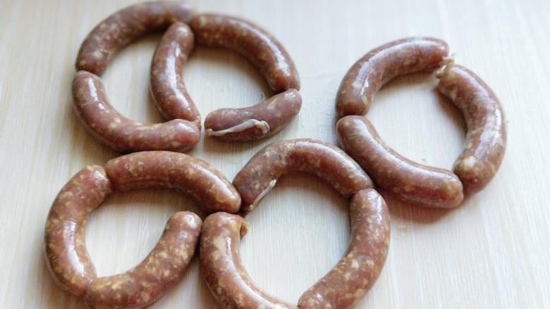 自制蒜香脆皮肠,灌好的肉肠,轻轻的扭扭,分段。如图