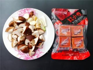 红烧跑山鸡,将各种配菜切成如图所示。取一块红小方火锅料拆袋备用。