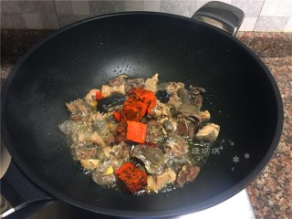 红烧跑山鸡,放入火锅料炒至完全化开,小火慢炒。