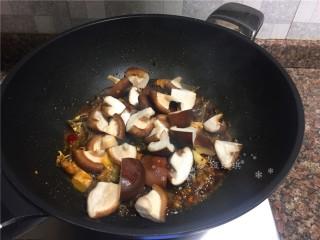 红烧跑山鸡,放入香菇翻炒2分钟。