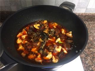 红烧跑山鸡,倒入适量清水大火煮开转小火煮至汤汁浓稠即可。(清水量以没过菜为宜)