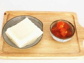 蟹黄豆腐,准备好食材。(超市有卖的)