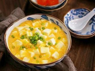 蟹黄豆腐,撒上葱花点缀一下。