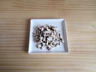 香菇鸡肉燕麦粥,香菇切小丁。