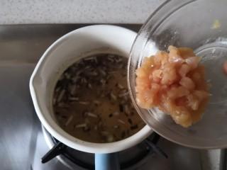 香菇鸡肉燕麦粥,煮开后转小火,加入鸡肉。