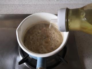 香菇鸡肉燕麦粥,加入食用油。