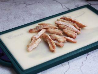 官烧目鱼条(天津菜),将鱼切成长条,用厨房用纸吸干水分备用。