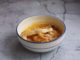 官烧目鱼条(天津菜),放入步骤3准备好的鱼条,轻轻搅拌均匀。