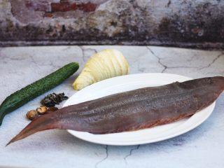 官烧目鱼条(天津菜),准备食材。