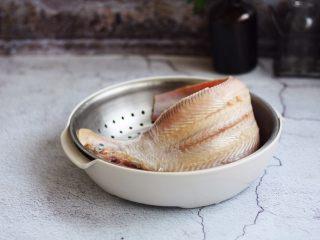 官烧目鱼条(天津菜),将鱼皮撕去,鱼鳞刮去,去除内脏,清洗干净,沥干水分备用。
