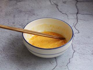 官烧目鱼条(天津菜),再放入1勺的食用油搅拌均匀备用。 加入油能起到融合丝滑,增加口感的作用。