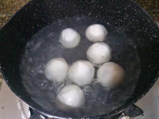 黑芝麻汤圆,准备煮汤圆啦,锅里放纯净水,先把水煮开。水烧开后再下汤圆去煮,一直煮到汤圆浮起来。