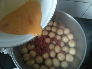 红糖汤丸,鸡蛋打散搅拌均匀后倒入锅中用勺子搅拌均匀煮沸关火即可。