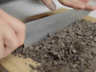 巧克力流心古早味蛋糕,巧克力切成碎屑