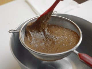 巧克力流心古早味蛋糕,倒入蛋黄和牛奶,搅拌均匀。 因为搅拌量大,难免有没拌匀的地方,最好过一下筛。