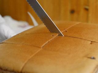 巧克力流心古早味蛋糕,烤完之后在表面盖油纸,在油纸上盖烤盘,将蛋糕上下翻转,取下烤盘。 然后迅速撕掉油纸,让油纸和蛋糕分离,再盖上。揭掉油纸。切蛋糕。