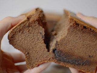 巧克力流心古早味蛋糕,冷掉之后还可以吃到脆巧克力搭配柔软蛋糕的双重口感