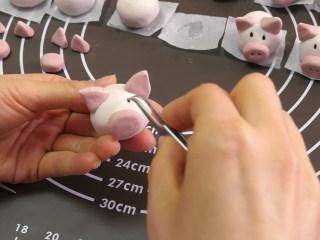 小猪汤圆 元宵节孩子最爱,黑芝麻做眼睛,稍微用力按进去。