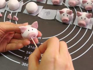 小猪汤圆 元宵节孩子最爱,牙签扎出鼻孔。