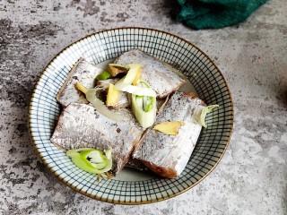 香煎带鱼,葱姜切块儿放入大碗中。