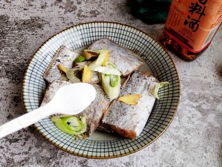 香煎带鱼,再加少许食盐。