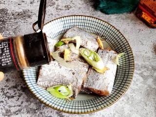 香煎带鱼,加入适量花椒粉。